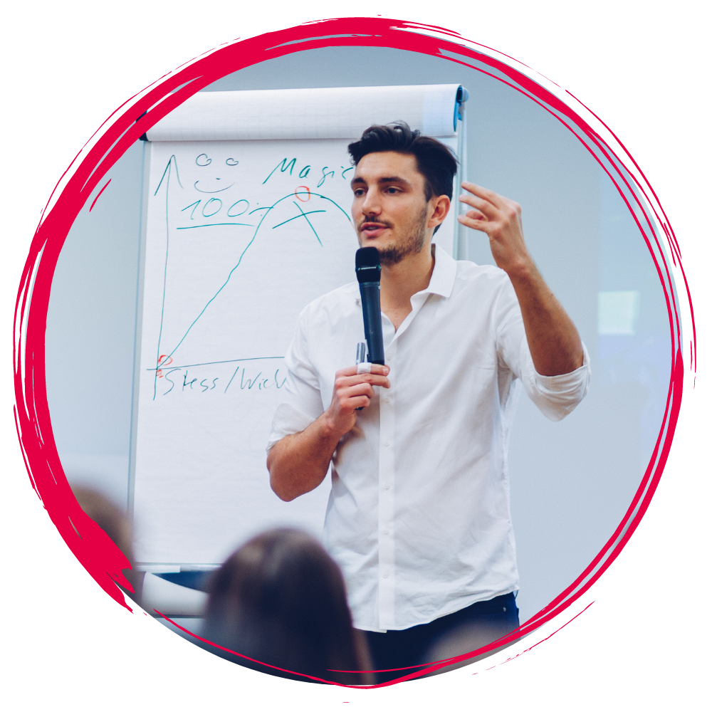 Jacob Drachenberg bei einem Vortrag - rundes Bild mit rotem Rahmen